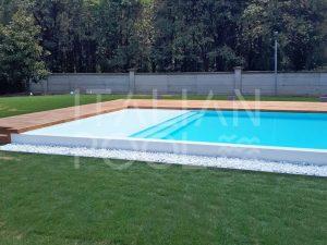 piscina rettangolare in giardino di città di italian pool srl